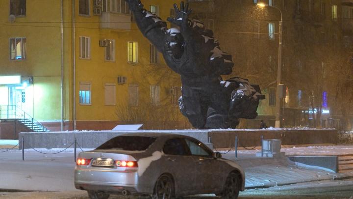«Коммунальщики опять проспали»: автомобилисты Волгограда жалуются на гололед на дорогах