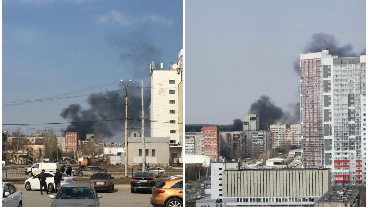 На ЖБИ загорелись частные дома, пожар было видно из центра Екатеринбурга