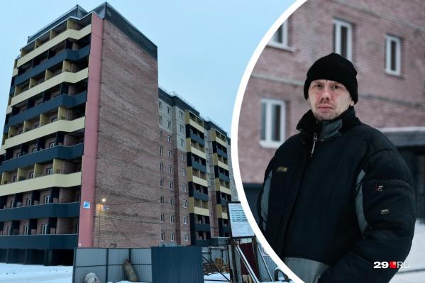 Архангелогородец Алексей — единственный человек, которого мы встретили возле социального дома. Он сегодня впервые ночевал в своей новой квартире