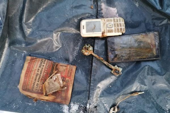 На фото — часть вещей погибшего, которые нашли в его карманах
