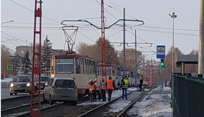 В Челябинске машина вылетела со скользкой дороги на рельсы и остановила движение трамваев