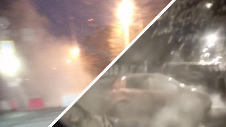 Из-за коммунальной аварии перекрыли перекресток в центре Тюмени