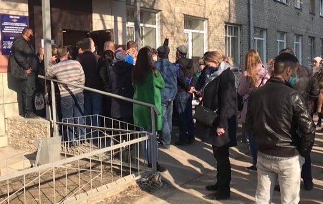 Новосибирцы столпились в очереди за пропиской, но в полиции обещают, что новых штрафов не будет
