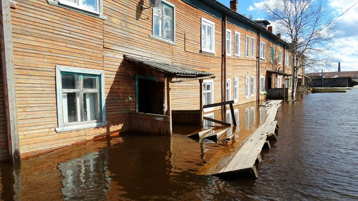 К подъезду — на лодке. Смотрим на видео, как в Пинеге затопило улицы и дома