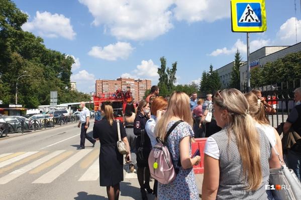 Люди стоят на улице на самом солнцепеке