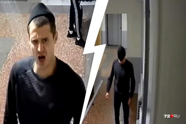 Первую камеру парень разбил не прячась, а когда пошел за второй, то решил замаскироваться. Он натянул на лицо шапку