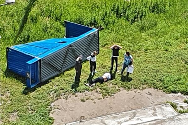 По словам очевидцев, мужчина упал и не шевелился