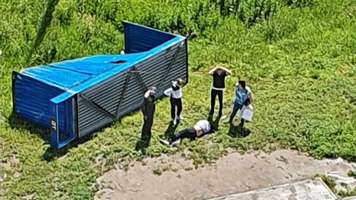 В Первомайском районе из-за ветра остановка упала на мужчину