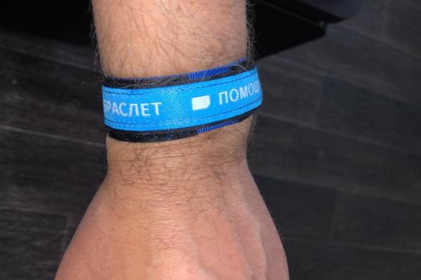 С помощью QR-кода устройство позволяет узнать имя и историю болезни человека, у которого случился приступ