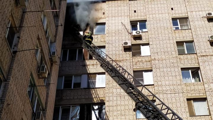 Спасатели эвакуировали людей из горящего общежития в Волжском