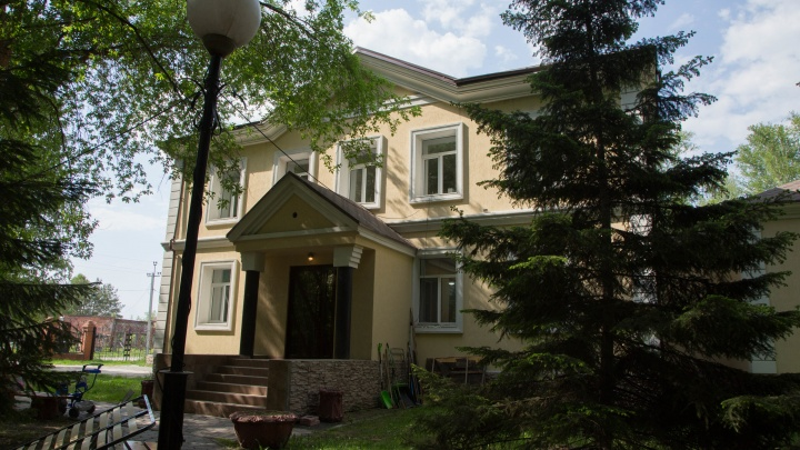 Омский фонд планирует выкупить особняк для больных детей. Смотрим на него изнутри