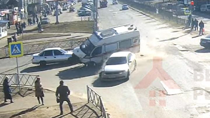 В Ярославле седан влетел в машину скорой с тяжёлым пациентом на борту. Видео