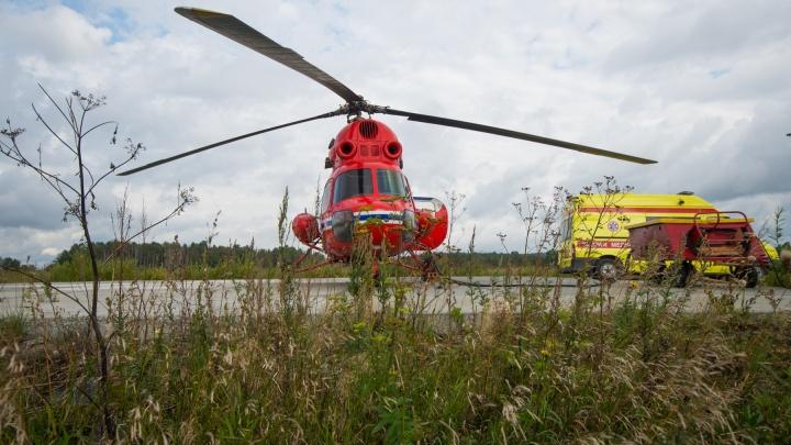 Малышку, которая полгода прожила в шкафу, везут из Карпинска в Екатеринбург на вертолете