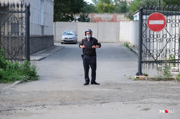 Из здания Металлургического райсуда на улице Пекинской все вышли на улицу