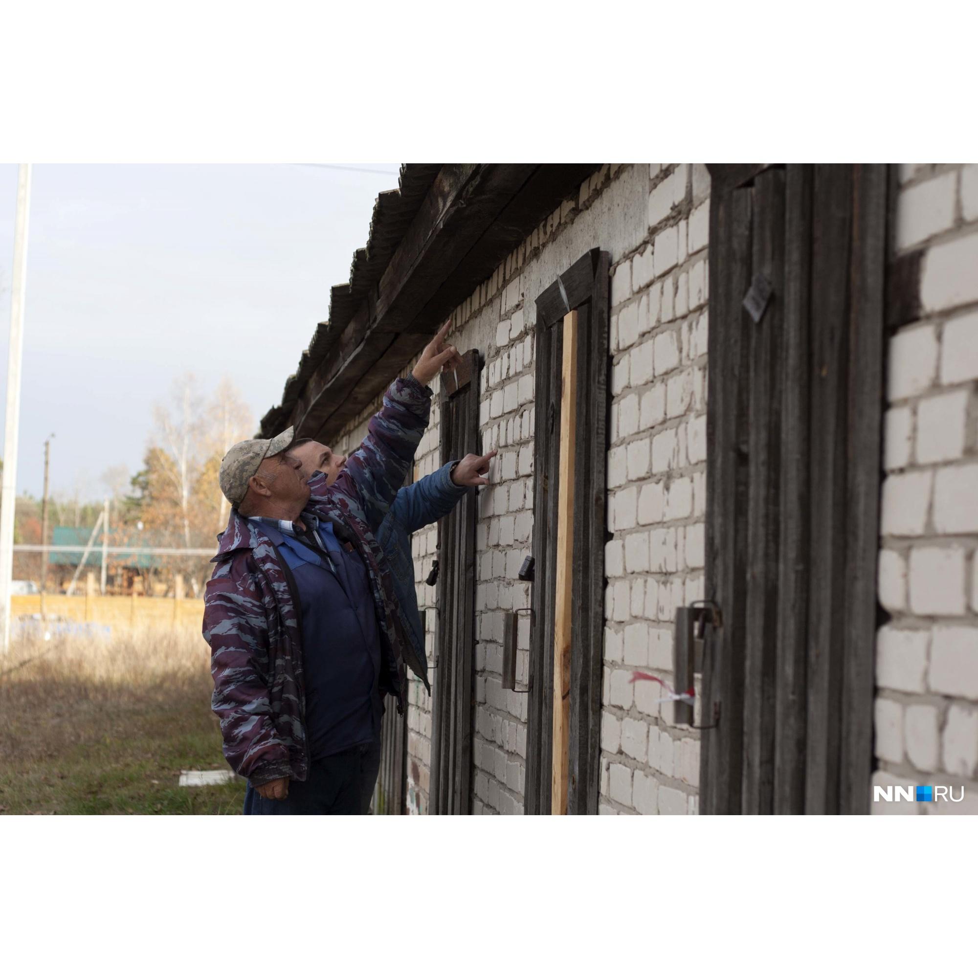 В стенах видны следы выстрелов