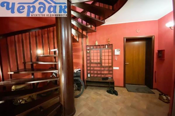 Большая лестница связывает этажи между собой