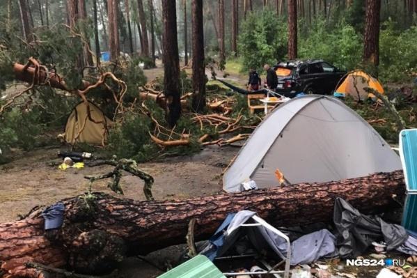 Некоторые палатки остались невредимыми