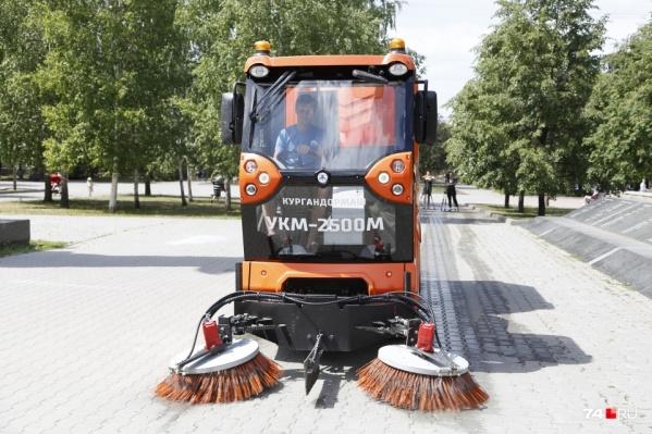 Вот такие мини-пылесосы убирают скверы и парки, а вот к чистоте улиц города у мэрии есть вопросы