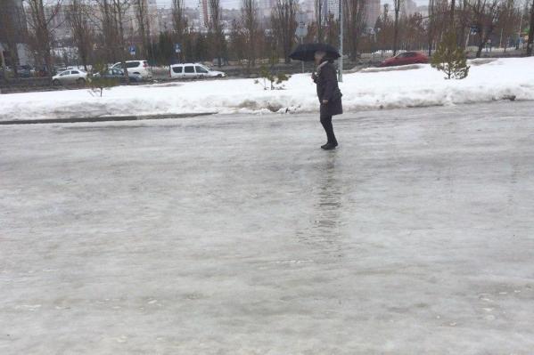 Горожане не могут передвигаться по ледяным дорогам