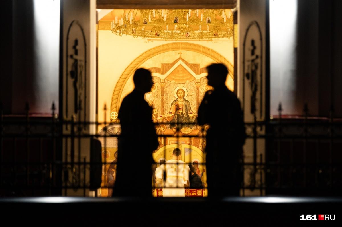 Ростовский митрополит изначально попросил проявить смирение и остаться на Пасху дома. В храмы никого не пускали