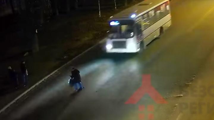 Нажал на тормоз в последний момент: в Ярославле маршрутка сбила пенсионерку. Видео