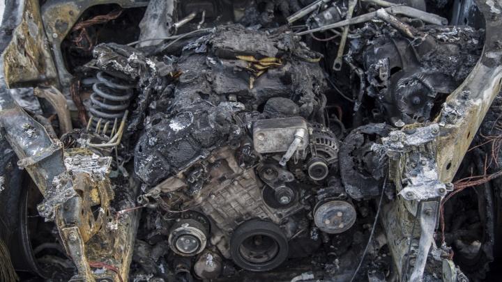 Хулиганы поздравили волгоградцев с наступающим Новым годом массовым поджогом машин