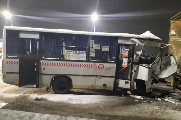У автобуса значительно разбита передняя часть