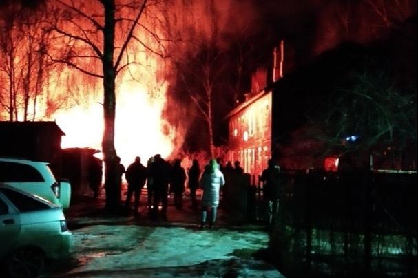 Ночной пожар в Ярославле: из дома выносили спящих детей