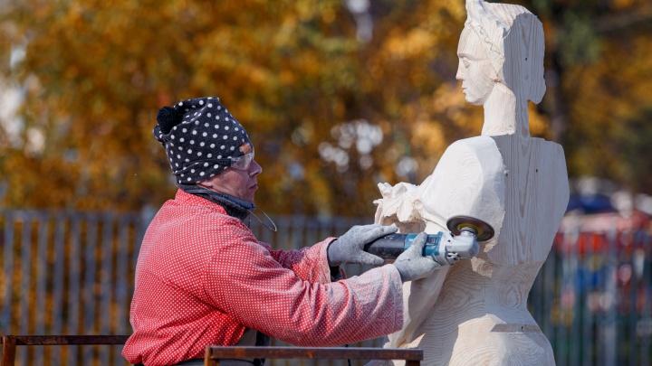 В Челябинске мастера превратили огромные брёвна в изящные скульптуры