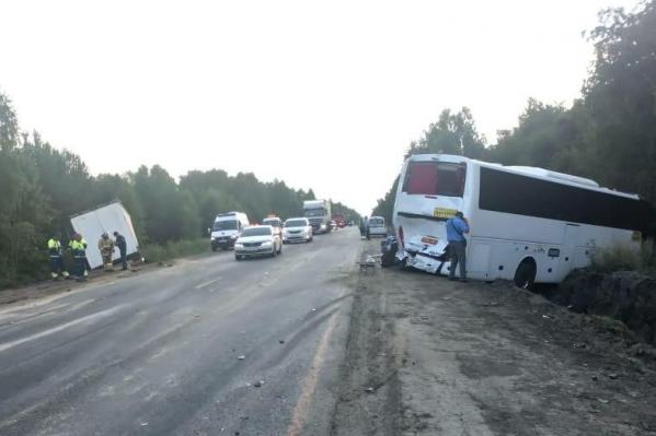 Автобус столкнулся с большегрузным автомобилем