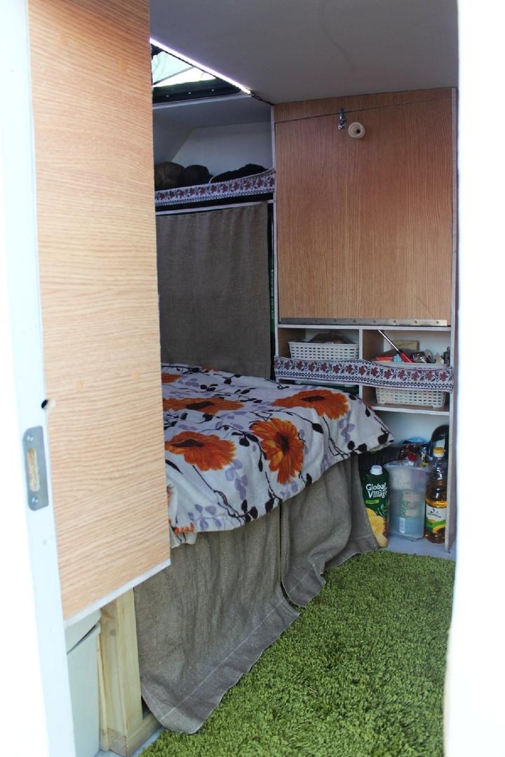 Внутри мотодома есть диван, душевая кабинка, биотуалет, мини-кухня