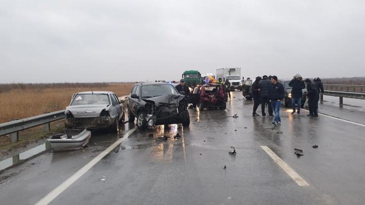Девять машин столкнулись на скользкой трассе под Ростовом