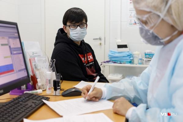 Высокая температура и кашель — весомый аргумент, чтобы обратиться к врачу, но не повод для паники