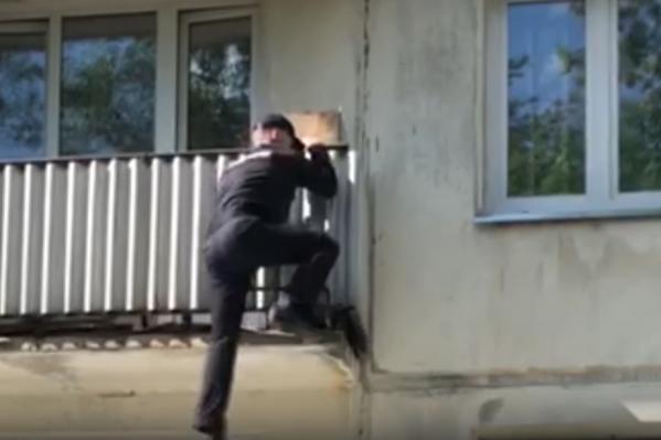 Мужчина забрался на балкон за каких-то 20 секунд