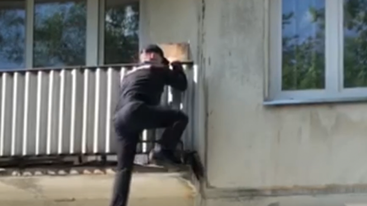 «Вот это спортсмен»: полицейский вскарабкался на балкон, чтобы запустить домой испуганную пенсионерку. Видео