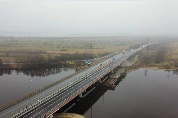 На мосту четыре полосы: по две в каждую сторону движения