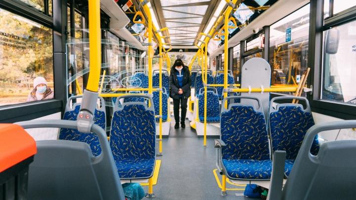 Разъемы для зарядки телефонов и система антиприщемления: чем интересны новые омские троллейбусы