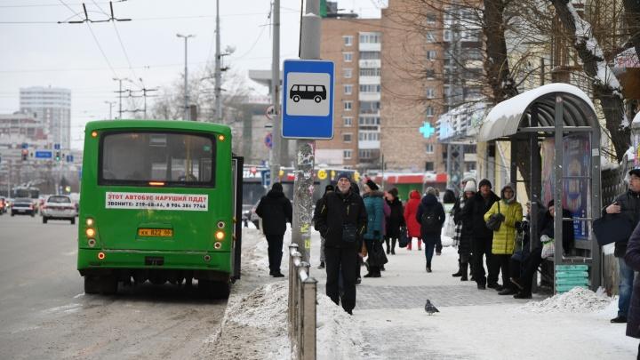 Всех бесит долго стоять на остановках: почему в Екатеринбурге плохо ходит транспорт и кто виноват