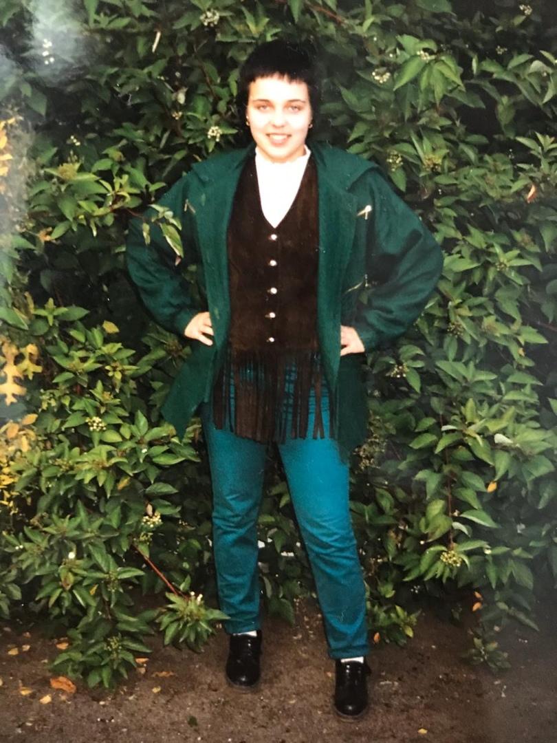 Узнаете? Это обозреватель НГС Елена Гурьянова. Фото сделано осенью 1997 года.<br>Замшевый жилет сшит мамой по эскизам журнала «Бурда», куртка — тоже. Джинсы купили на барахолке