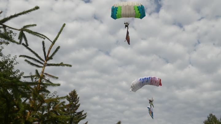 Десять парашютистов приземлились на площадке у «Космоса». Фоторепортаж со Дня ВДВ