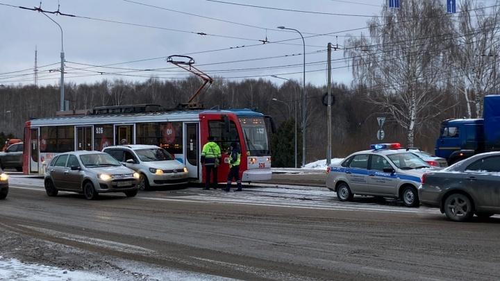 На Разгуляе столкнулись иномарка и трамвай: пробка растянулась до Рабочего поселка