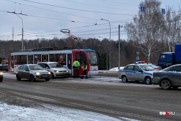 Автомобиль «притерся» к трамваю