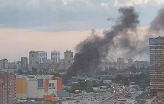 Недалеко от «Ауры» произошёл пожар: столбы чёрного дыма было видно из разных районов города