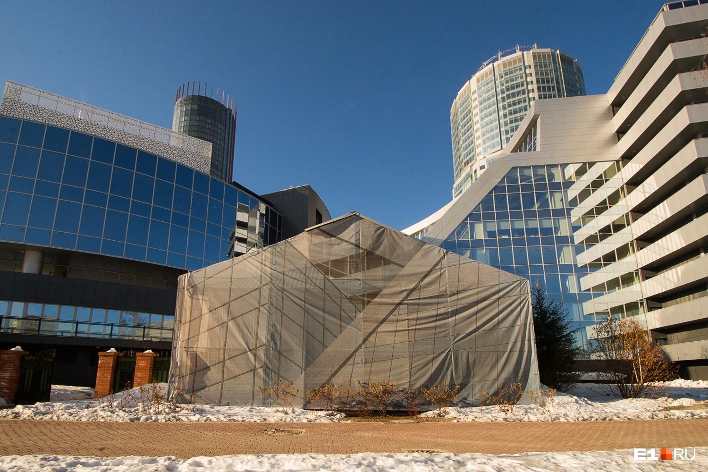 Здание закрыли баннером, когда рядом появился «Ельцин Центр»