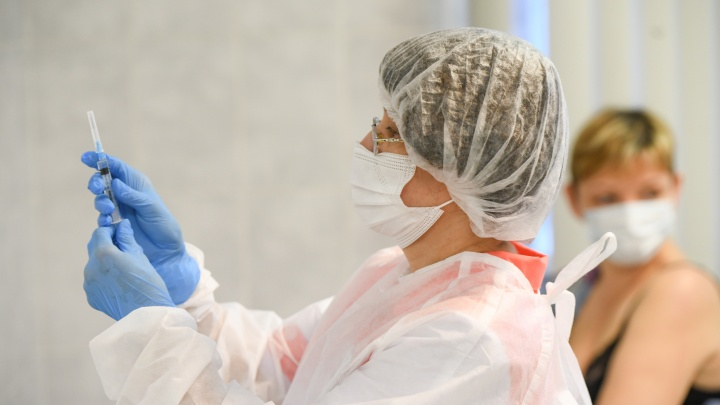 Вакцину от коронавируса в Екатеринбурге ждут более 60 тысяч человек