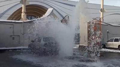 «Машины в замороженные креветки превратятся!»: напротив аквапарка на проспекте Гагарина забил фонтан