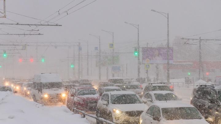 Самару сковали пробки из-за снегопада