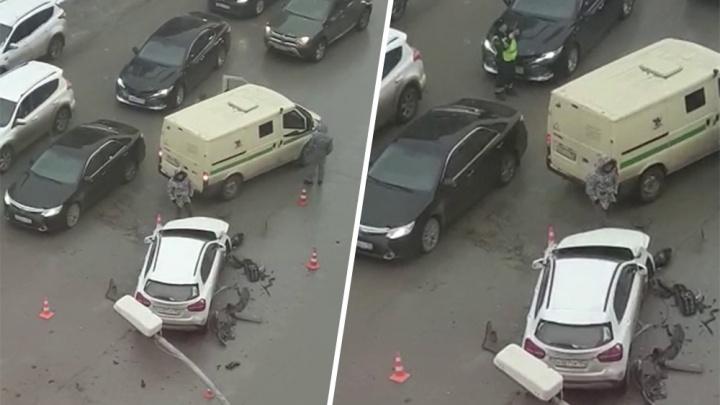 Инкассаторский автомобиль столкнулся с «Мерседесом» в центре Новосибирска: один человек пострадал