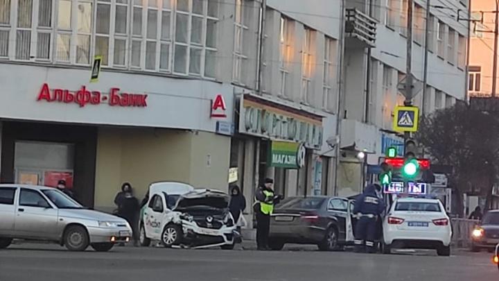 Пострадали два человека: в центре Екатеринбурга автомобиль такси попал в ДТП