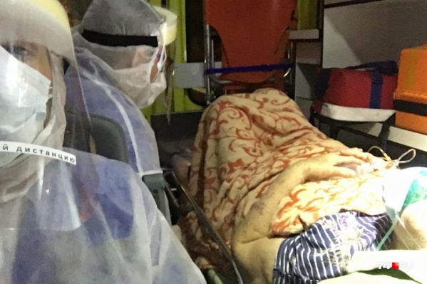Сотрудники скорой переодеваются в Касперов, когда везут больных с пневмониями